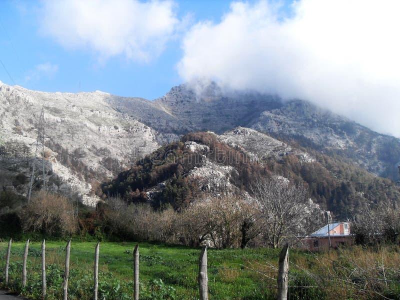 Bana och sikt av monteringen Faito i suden Italien arkivfoton
