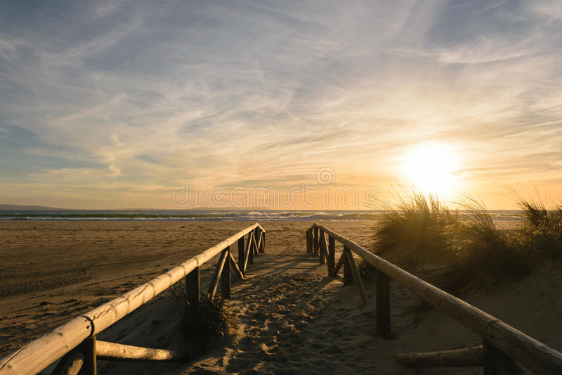 Bana på sanden som går till havet, Tarifa, Spanien royaltyfria foton