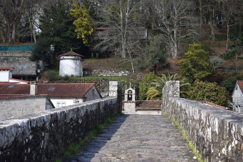 Bana på stenbron med klockstapeln arkivbilder