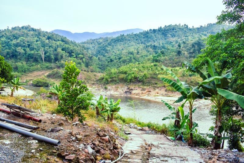 Bana till floden i lös djungel och berg i Vietnam arkivfoton