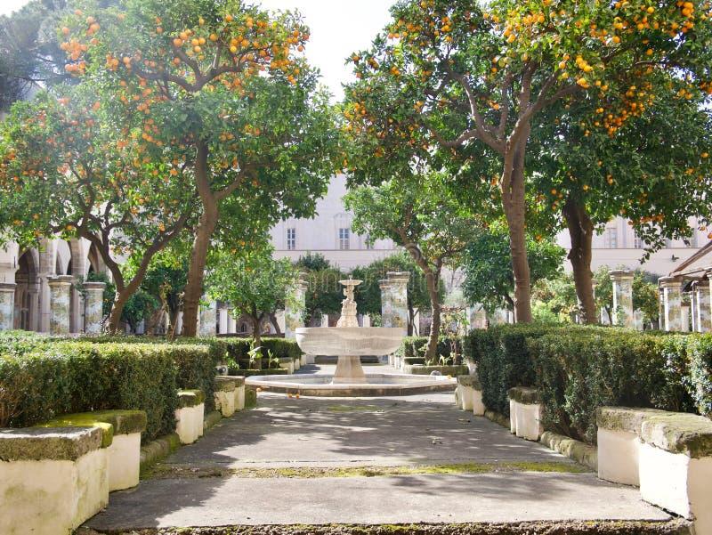 Bana till och med en formell trädgård med springbrunnen i Naples royaltyfri foto