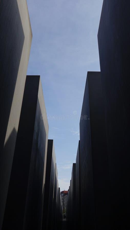 Bana till och med förintelseminnesmärken i Berlin, Tyskland royaltyfria bilder