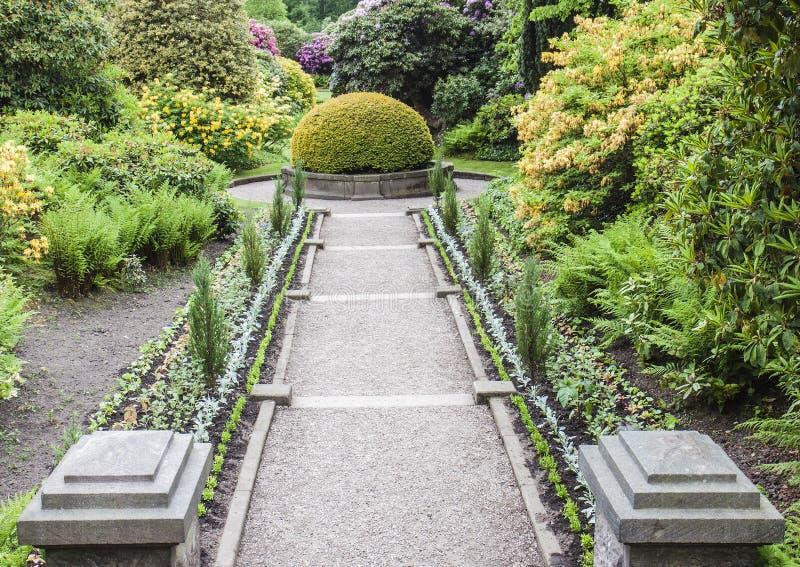 Bana till och med formell trädgård på den Biddulph lantgården royaltyfria foton