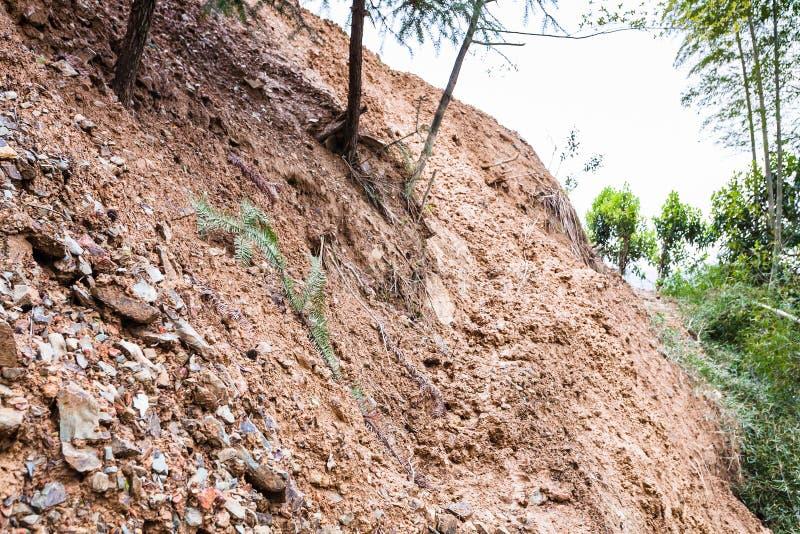 bana till och med mudslide på berglutning i Dazhai royaltyfria bilder