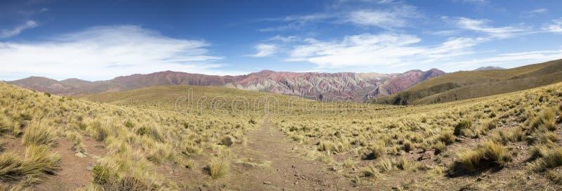 Bana till Quebrada de Humahuaca, nordliga Argentina royaltyfri fotografi