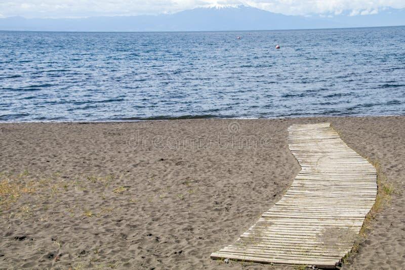 Bana till sjön, till och med sanden royaltyfri foto