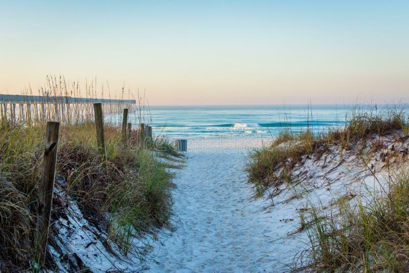 Bana till strand- och sanddyerna, på den Panama City stranden, Florida arkivbild