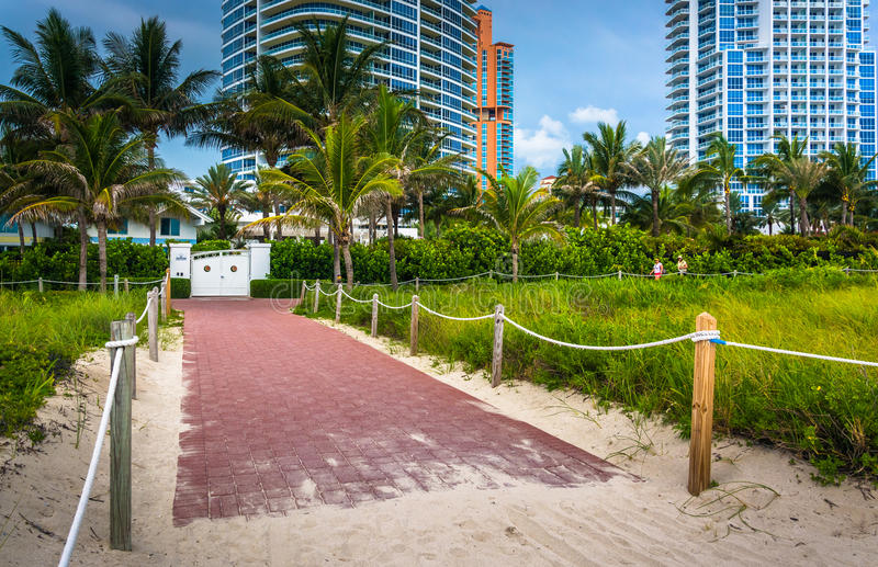 Bana till stranden och skyskrapor i Miami Beach, Florida royaltyfria bilder