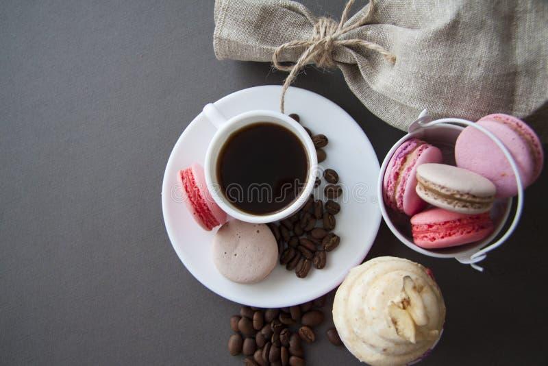 Banaan cupcake en snoepjes met koffiebonen op wit stock foto's
