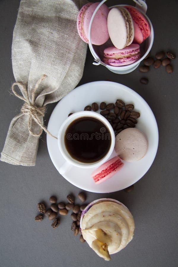 Banaan cupcake en snoepjes met koffiebonen op wit royalty-vrije stock afbeelding