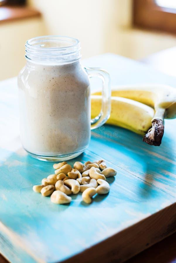 Banaan en cachou smoothie stock foto
