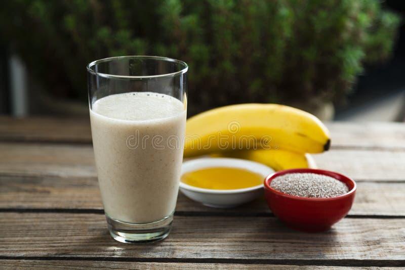Banaan, honing en chia smoothie stock foto