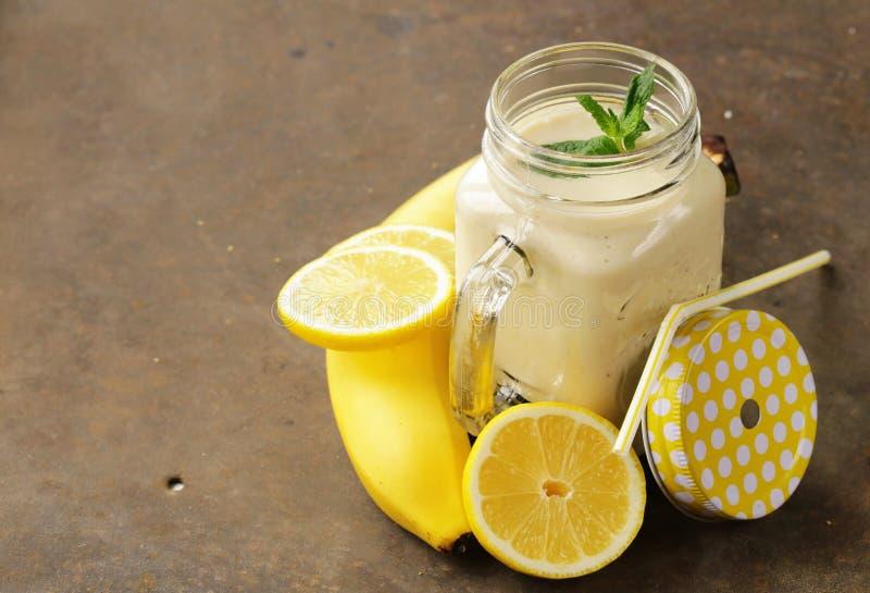 Banaan met citroen smoothie stock foto's