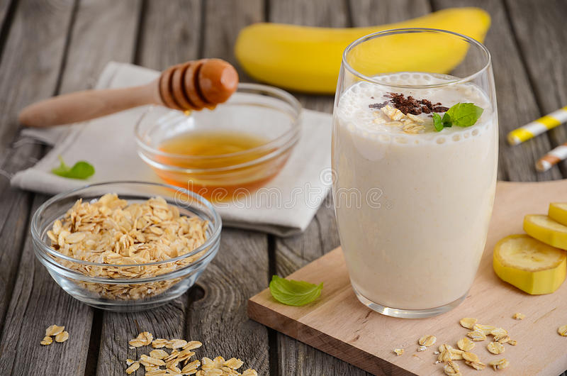 Banaan smoothie met havermeel royalty-vrije stock afbeeldingen