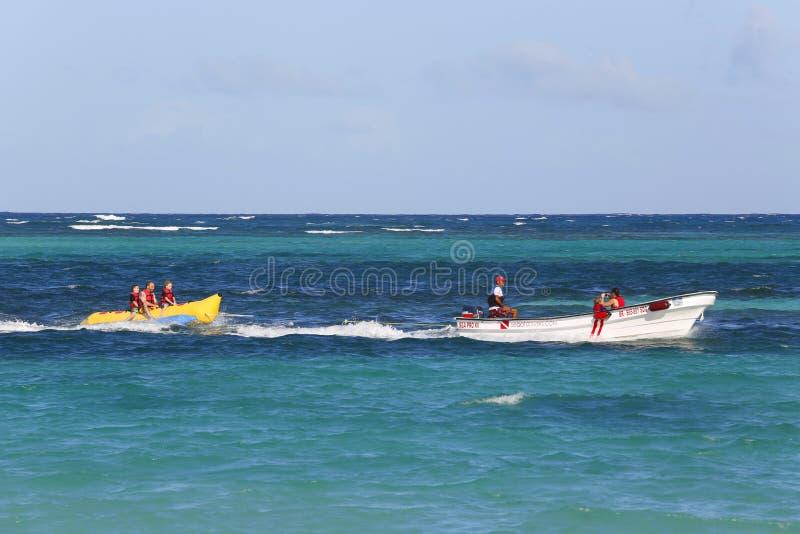 Banaanboot het berijden bij het Bavaro-Strand in Punta Cana, Dominicaanse Republiek royalty-vrije stock foto's