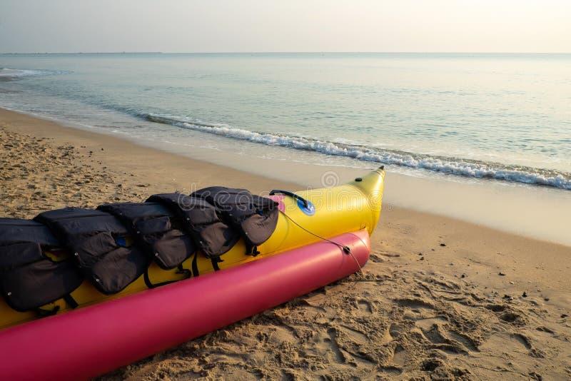 Banaanboot op het Strand die voor Openlucht voorbereidingen treffen royalty-vrije stock foto