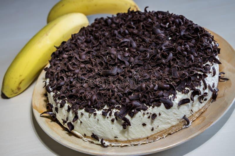 Banaancake met room en chocoladespaanders stock afbeelding