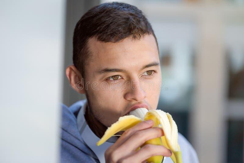 Banaanfruit die lopende copyspace het exemplaar ruimtesporten eten die van de jonge mensenagent fitness opleiden royalty-vrije stock foto