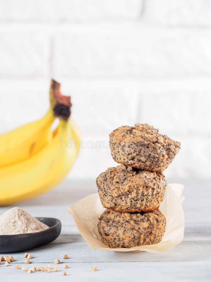 Banaanmuffins met van de boekweitbloem en papaver zaden stock afbeeldingen