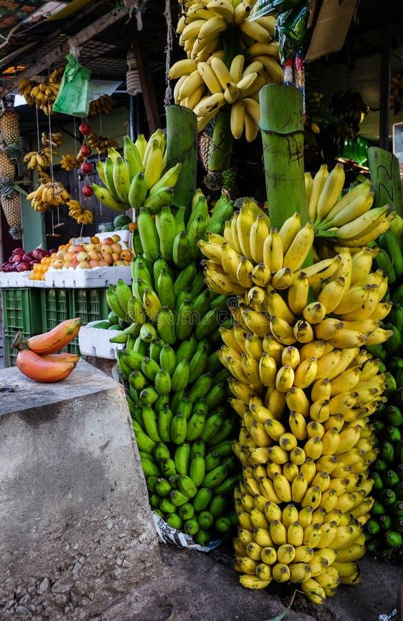 Banaanvruchten bij een landelijke markt in Sri Lanka stock foto's