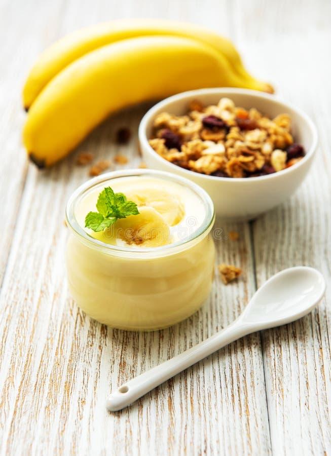 Banaanyoghurt, granola en verse bananen royalty-vrije stock afbeeldingen