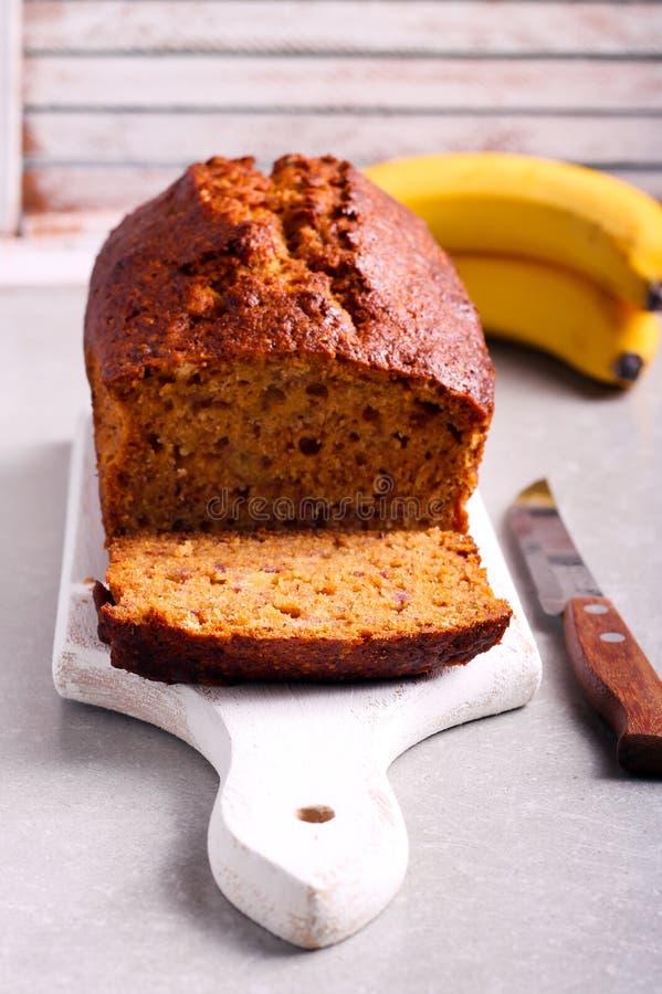 Banan i miodowy bochenka tort na pokładzie obraz royalty free