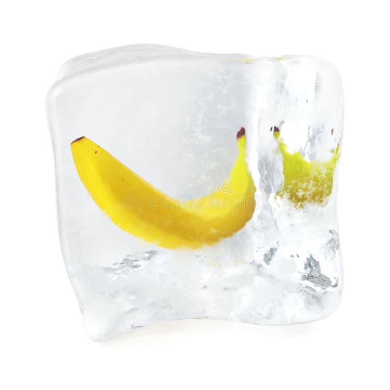 Banan marznący w kostce lodu, kostka lodu w frontowym widoku, pojedyncza kostka lodu odizolowywająca na białym tle świadczenia 3  royalty ilustracja