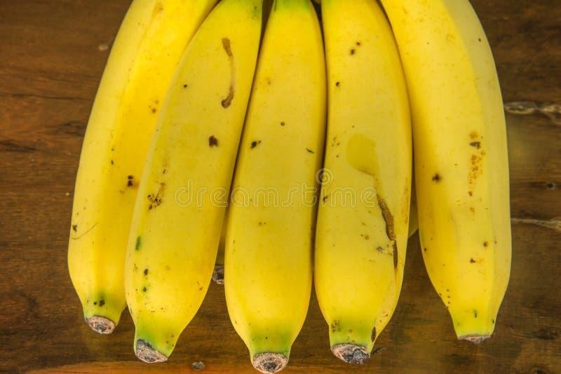 Banan na drewno stole zdjęcia stock