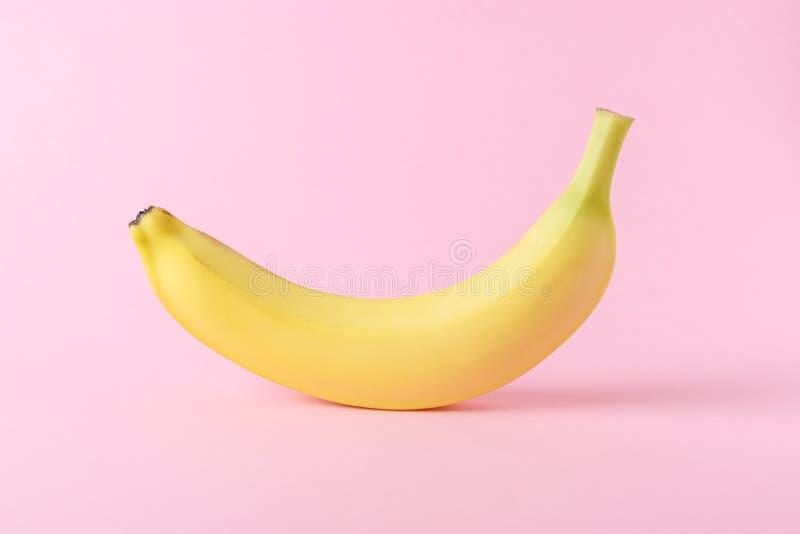 Banan na różowym tle Minimalny styl Mieszkanie nieatutowy obrazy royalty free