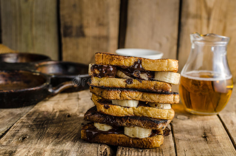 Banan och choklad för franskt rostat bröd fylld royaltyfria foton