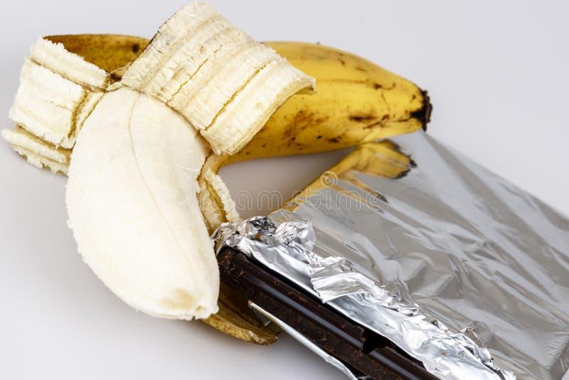 Banan och choklad på vit fotografering för bildbyråer