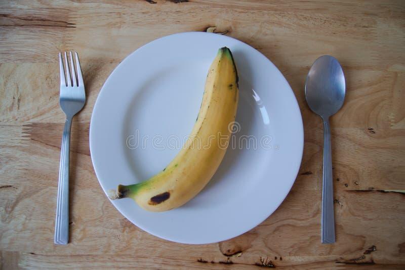 Banan på maträtt royaltyfri foto