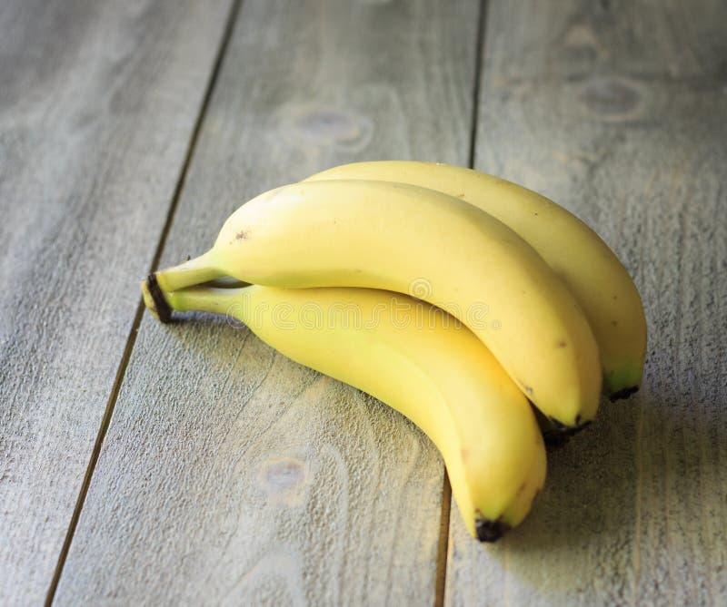 Banan på trä arkivbilder