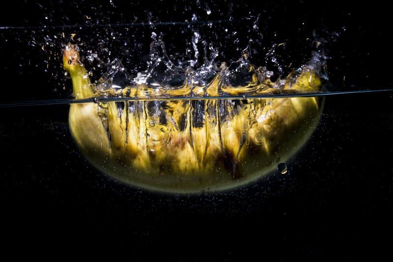Banan spada wewnątrz woda fotografia stock