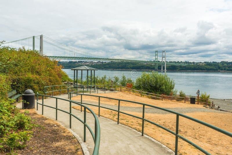 Banan till parkera i trångt pass stålsätter broområde i Tacoma, Washington, USA royaltyfri bild
