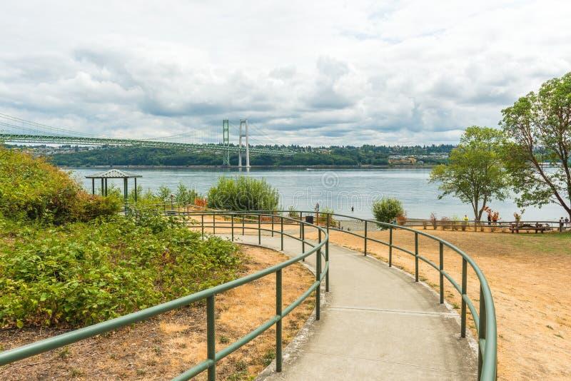 Banan till parkera i trångt pass stålsätter broområde i Tacoma, Washington, USA royaltyfria foton