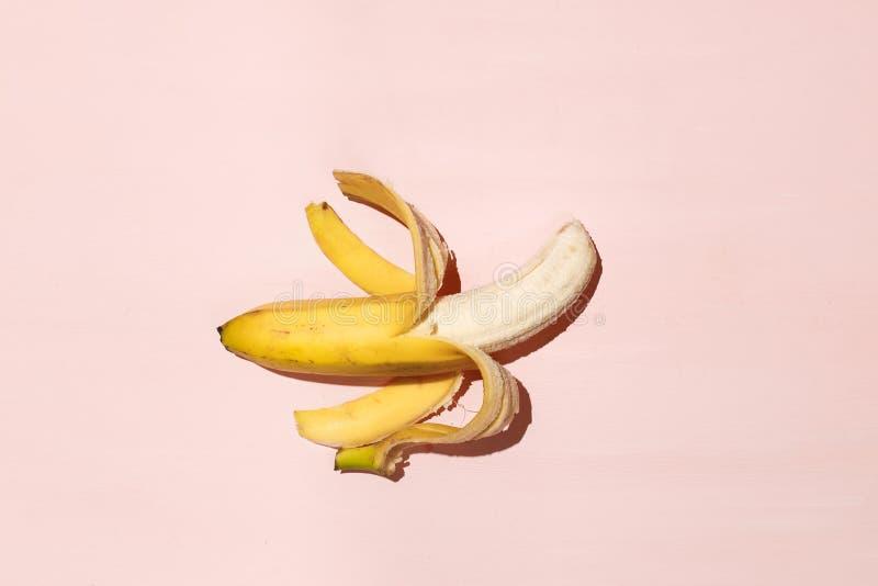 Banana aberta suculenta doce na tabela cor-de-rosa Libido da vida e conceito sexuais da potência fotografia de stock royalty free