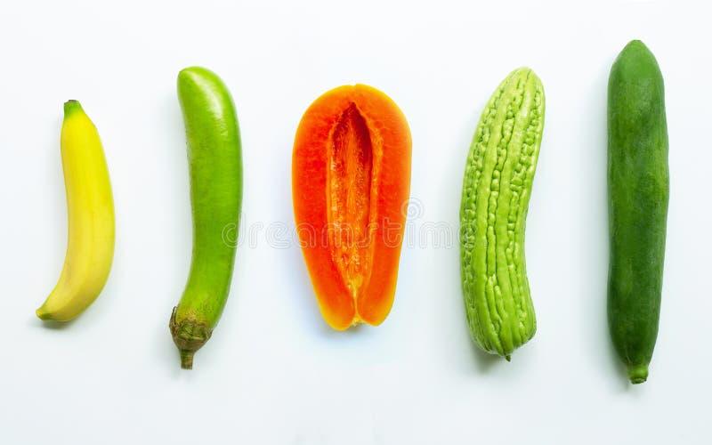 Banana, beringela longa verde, papaia madura, mel?o amargo, papaia verde no fundo branco fotos de stock