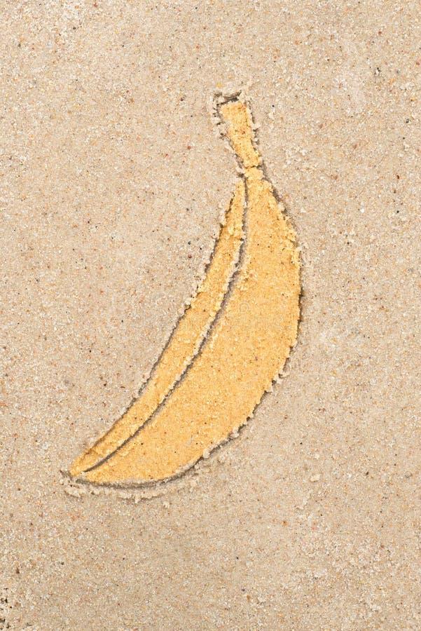 Banana che assorbe sabbia fotografia stock