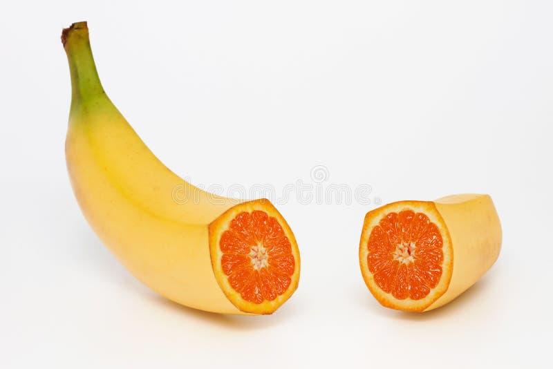 Banana che contenente un arancio fotografia stock libera da diritti