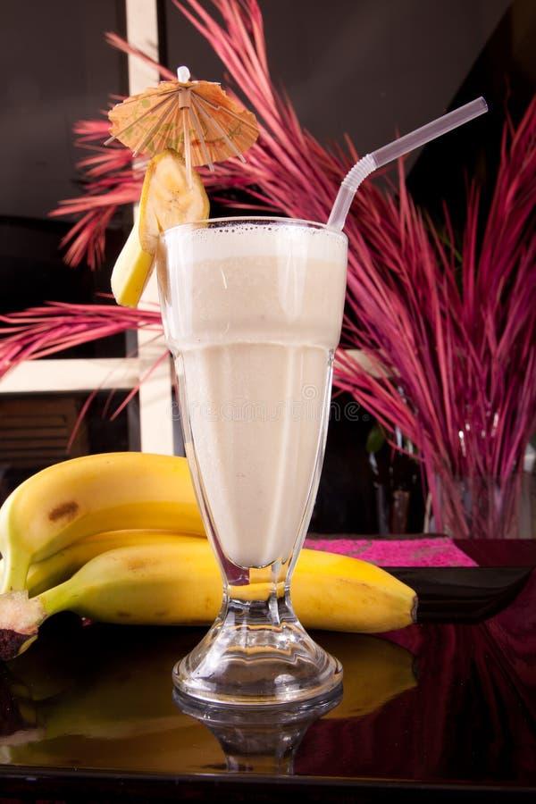 Banana con il succo fresco del latte immagini stock