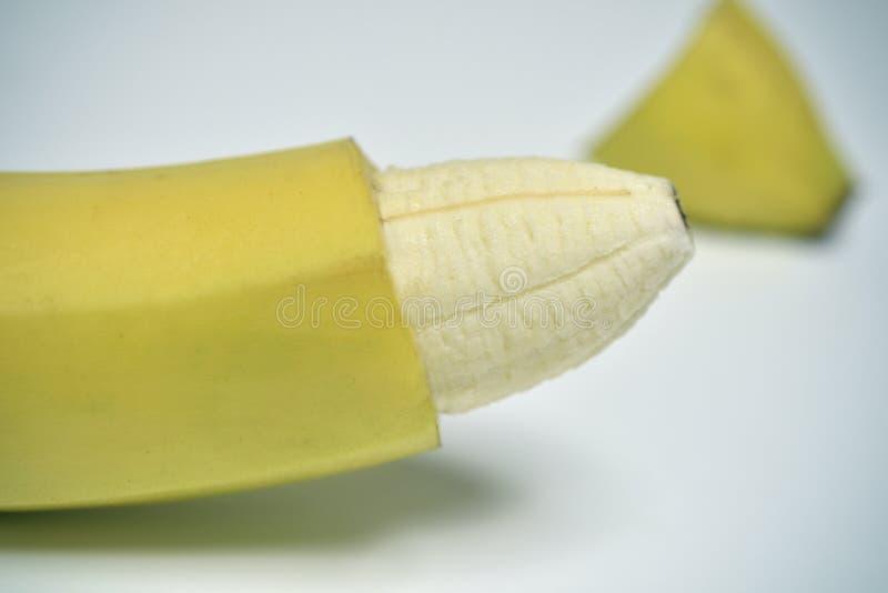 Banana con la pelle della sua punta rimossa immagine stock