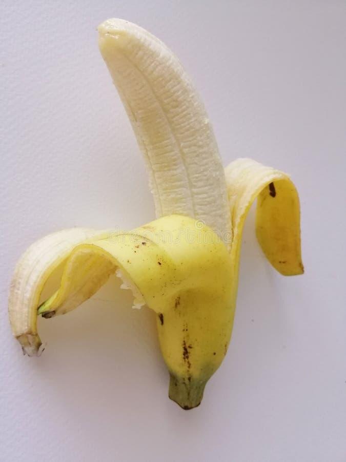 Banana descascada isolada no fundo branco imagens de stock