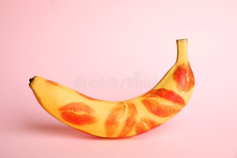 Banana fresca com batom vermelho a rosa Conceito sexual oral foto de stock