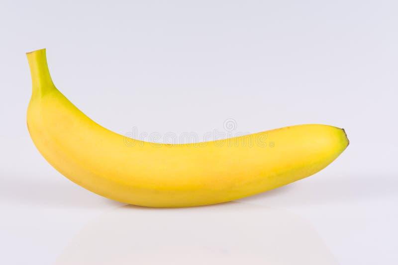 Banana fresca em um fundo branco foto de stock