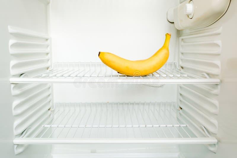 Banana fresca luminosa sullo scaffale del frigorifero vuoto aperto Concetto di dieta di perdita di peso immagine stock libera da diritti