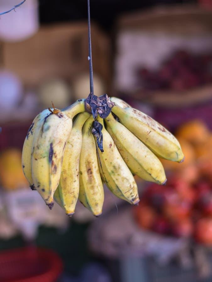 Banana Fruta à venda no mercado Patuli Floating Market, Kolkata, Índia fotos de stock
