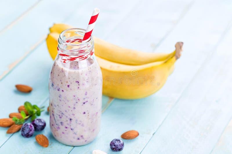Banana i czarnej jagody diety smoothie z, obrazy royalty free