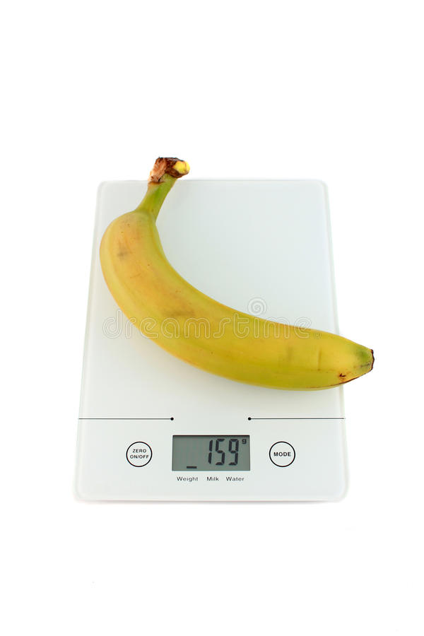 Banana na escala da cozinha fotografia de stock royalty free
