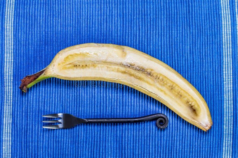 Banana no fundo azul fotografia de stock